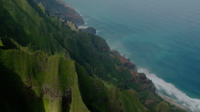 lush foliage covers mountain ridges along the na pali coast in kauai, hawaii. - insel kauai stock-videos und b-roll-filmmaterial