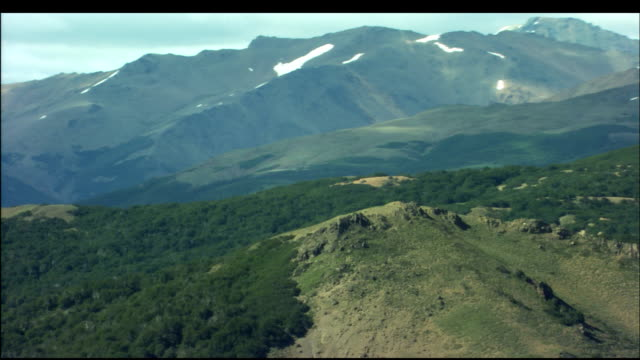 stockvideo's en b-roll-footage met lush vegetation covers mountains in the patagonia region. - fysische geografie