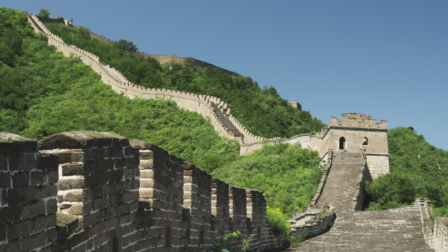 vidéos et rushes de lush vegetation surrounds the great wall of china. - grande muraille de chine