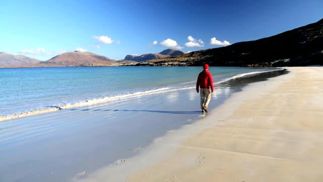 luskentyre isle harris outer hebrides scotland beach hills - schottland stock-videos und b-roll-filmmaterial