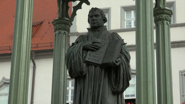 vidéos et rushes de luther monument in front of the town hall on the market square in lutherstadt wittenberg, saxony-anhalt, germany - protestantisme