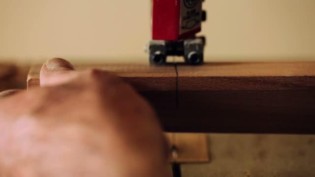 luthier maker workshop and classical music instruments making musical instruments - tar - endast en pensionärsman bildbanksvideor och videomaterial från bakom kulisserna