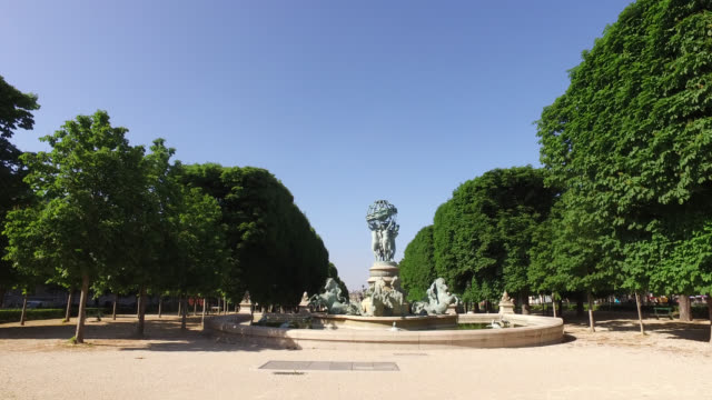 vidéos et rushes de luxembourg garden, closed, without people. fountain of the four-parts-of-the-world, garden of the great explorers. may 6, 2020 in paris, france. - saison