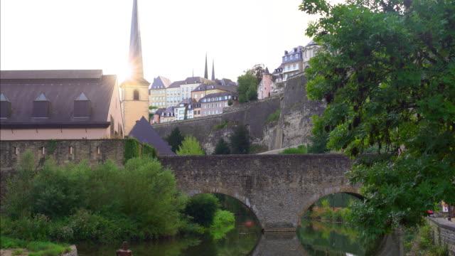 vidéos et rushes de luxembourg-kirchberg avec pont et soleil - grand duché du luxembourg