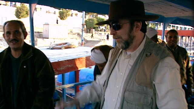 vídeos de stock e filmes b-roll de luxor ferry boat. b-roll egyptologist david rohl disembarking off a ferry boat in luxor. - embarcação comercial