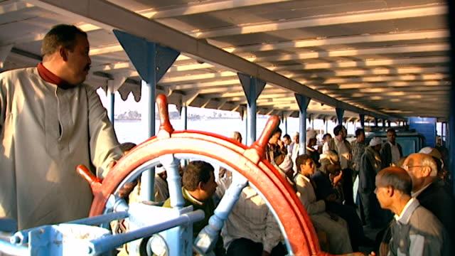 vídeos de stock e filmes b-roll de luxor ferry boat. b-roll zoom-in of egyptologist david rohl on a ferry boat. - embarcação comercial