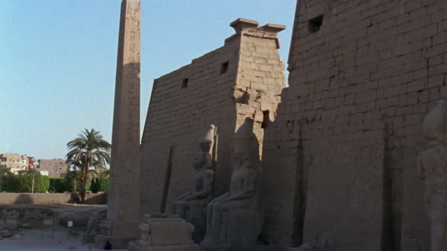 ws zo luxor temple entrance/ luxor, egypt - luxor thebes stock videos and b-roll footage