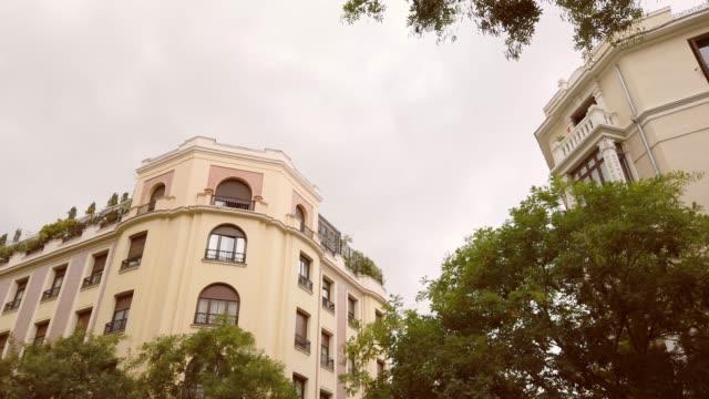 vídeos de stock e filmes b-roll de luxurious apartment buildings in madrid, spain - parte de