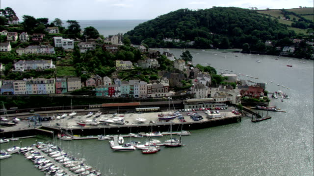 vidéos et rushes de luxurious houses fill the hillsides of dartmouth. available in hd. - aller tranquillement
