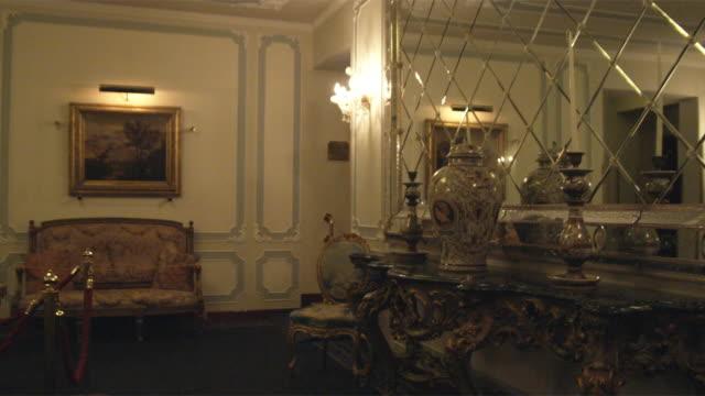 vidéos et rushes de ws ds. luxurious waiting room / venice, italy - intérieur de maison témoin
