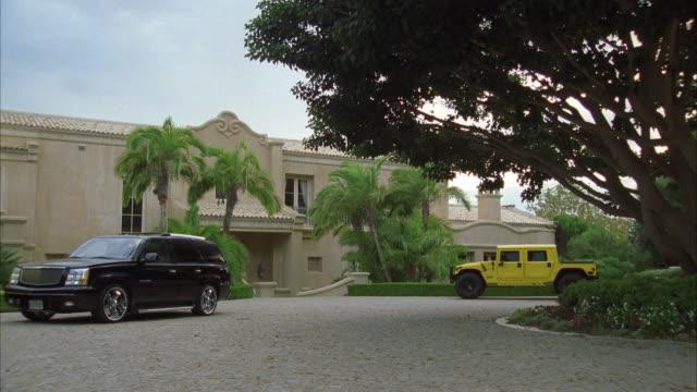 vídeos y material grabado en eventos de stock de ws luxury cars parking in front of mansion - hummer