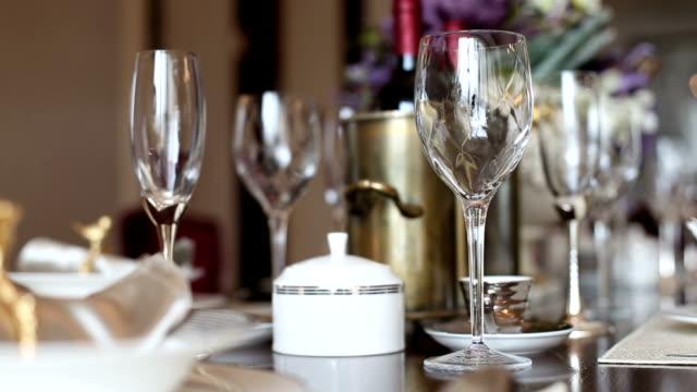 vidéos et rushes de luxe dishwares sur une table dans la salle de séjour, en temps réel. - bol vide