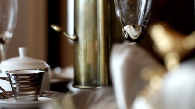 vídeos y material grabado en eventos de stock de dishwares de lujo en mesa en la sala de estar, tiempo real. - decoración objeto