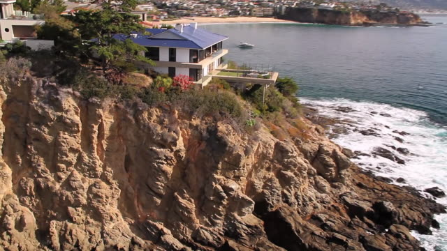 vídeos de stock, filmes e b-roll de ms aerial ts luxury home / laguna beach, california, united states - laguna