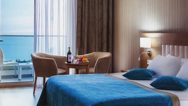 vídeos de stock e filmes b-roll de luxury hotel bedroom interior - hóspede