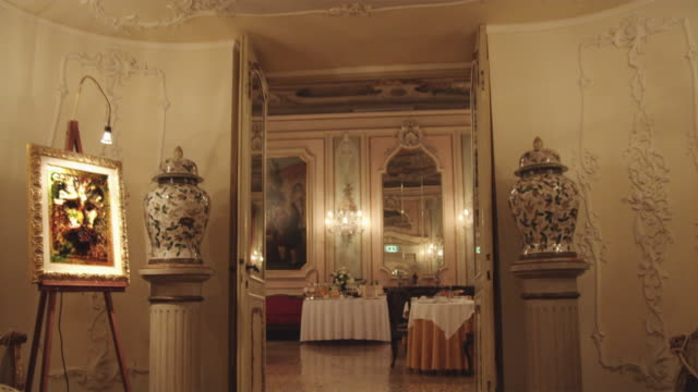 vidéos et rushes de ws ds td luxury hotel interior / venice, italy - ornement
