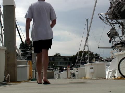 Stile di lusso: Uomo sulla barca Dock-Partire
