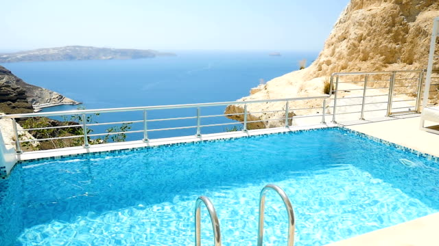 vídeos de stock e filmes b-roll de luxury private pool area & santorini - água parada