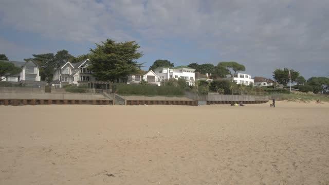 luxury properties overlooking sandbanks beach, poole, dorset, england, united kingdom, europe - coastal feature stock videos & royalty-free footage