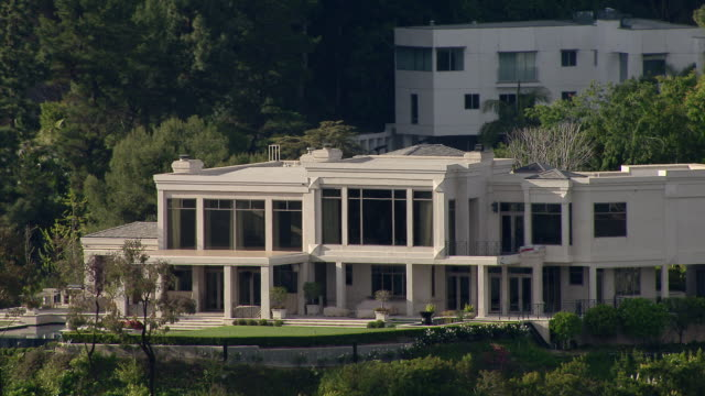 stockvideo's en b-roll-footage met los angeles, california - march 30, 2011: luxury residence located in the hollywood hills at 9161 oriole way. the home was bought by hip hop mogul dr dre in 2011. - landhuis