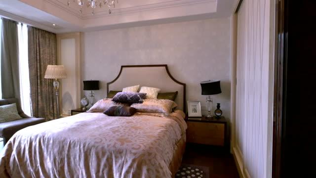 vídeos y material grabado en eventos de stock de de un dormitorio de lujo y la decoración interior, tiempo real. - dormitorio habitación
