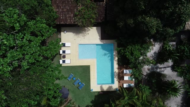 vidéos et rushes de piscine de luxe remontant drone point de vue aérienne - vue subjective de drone