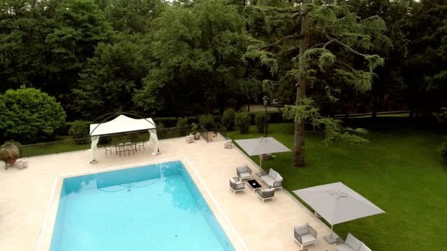 vidéos et rushes de villa de luxe avec piscine - jardin classique
