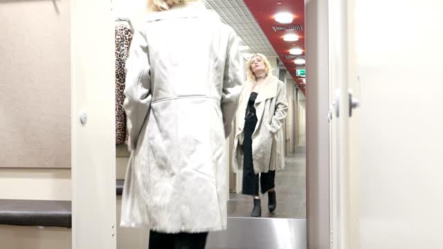 luxus modell i butiken. - päls textil bildbanksvideor och videomaterial från bakom kulisserna