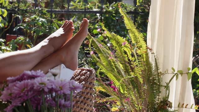 ソファでリラックスして横になっていると、足を振る - マニキュア液点の映像素材/bロール