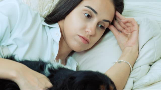 lying with dog - 横向きに寝る点の映像素材/bロール