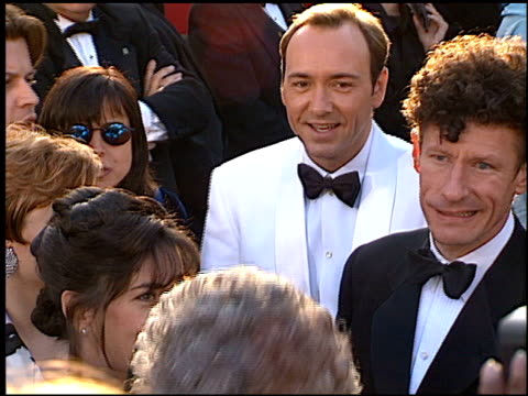 vídeos de stock e filmes b-roll de lyle lovett at the 1996 academy awards arrivals at the shrine auditorium in los angeles california on march 25 1996 - 68.ª edição da cerimónia dos óscares