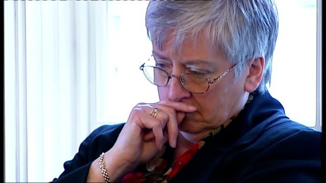 stockvideo's en b-roll-footage met lynda bubb standing at coroner's press conference - lijkschouwer