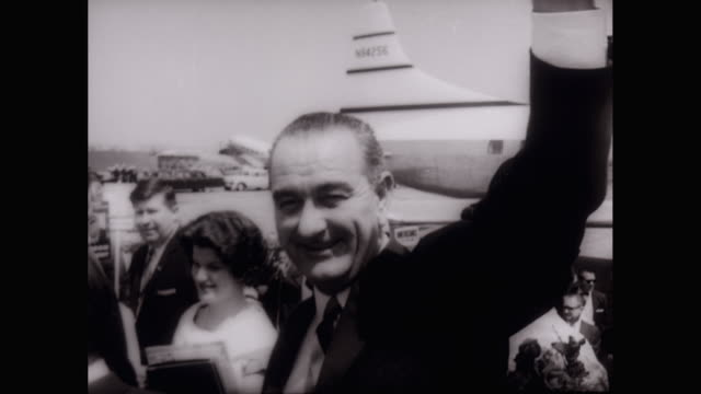 ws pan lyndon johnson greeting voters at political rally / unites states - john f. kennedy politik stock-videos und b-roll-filmmaterial
