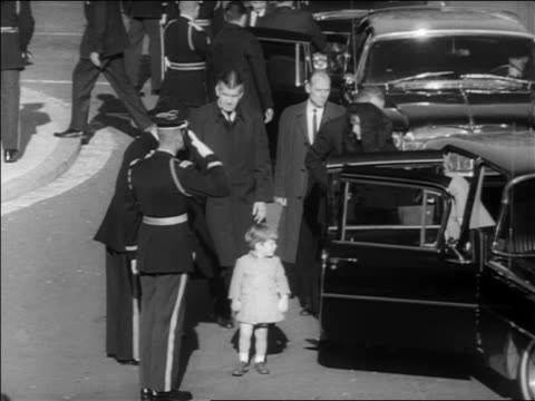 lyndon johnson helps jacqueline kennedy + children out of car / robert kennedy exits - witwe stock-videos und b-roll-filmmaterial