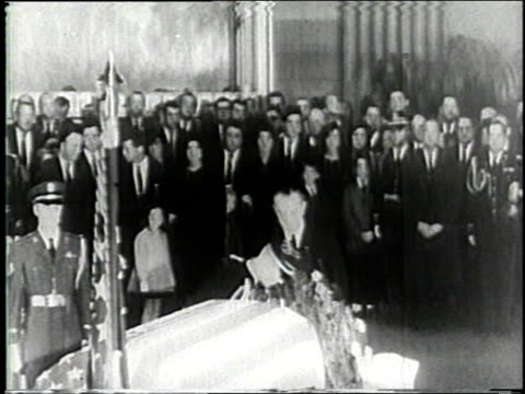 lyndon johnson placing wreath on flagdraped casket as mourners watch / mourners standing quietly - attentat auf john f. kennedy stock-videos und b-roll-filmmaterial