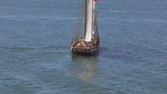 vidéos et rushes de ws zi aerial pov lynx tall ship moving in sea / nantucket, massachusetts, united states - équipe de voile