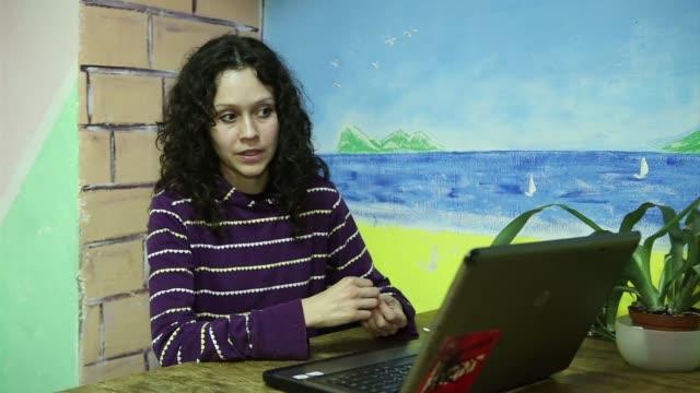 lyudmila savchuk explica como gano dinero trabajando en una de las llamadas fabricas de trols dedicadas a bombardear la internet con comentarios... - vladimir russia stock videos and b-roll footage