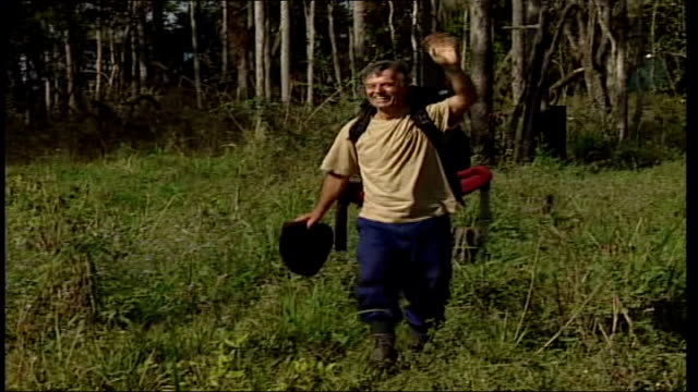 vídeos y material grabado en eventos de stock de i'm a celebrity get me out of here tony blackburn wins australia tony blackburn waving as towards thru field wearing rucksack tony blackburn... - telerrealidad