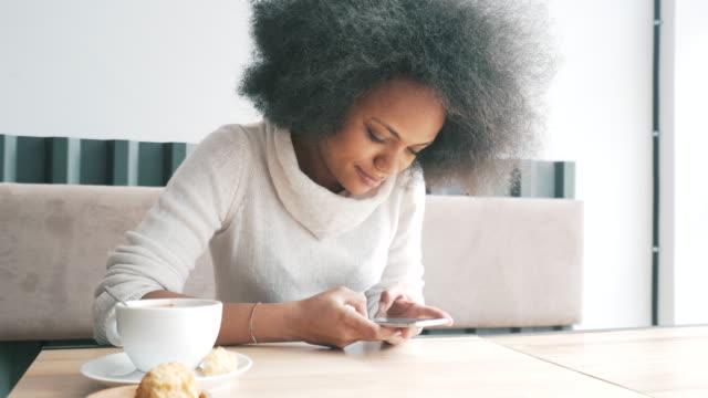 vidéos et rushes de je suis connecté à l'aide de mon téléphone portable. - jeunes femmes