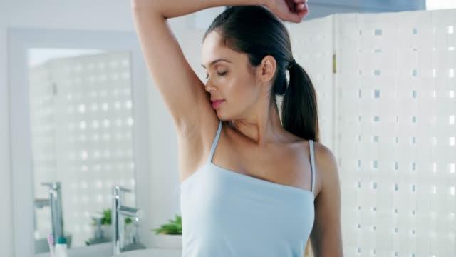 vídeos de stock e filmes b-roll de i'm definitely skipping that shower - desodorante
