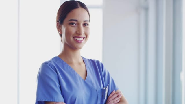 jag är här för att rädda liv - kvinnlig läkare bildbanksvideor och videomaterial från bakom kulisserna