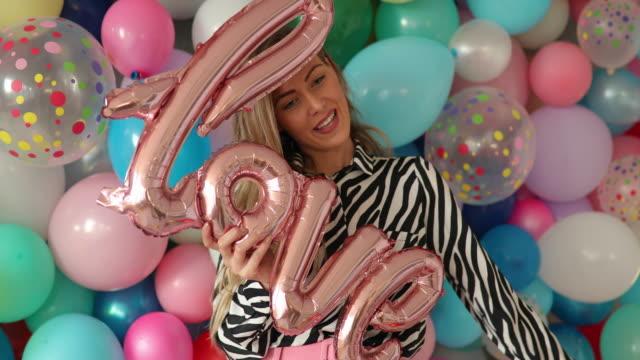 vídeos y material grabado en eventos de stock de estoy de humor romántico - globo de helio
