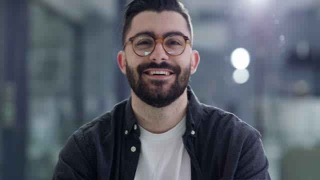 vídeos y material grabado en eventos de stock de soy joven, feliz y exitosa - gafas
