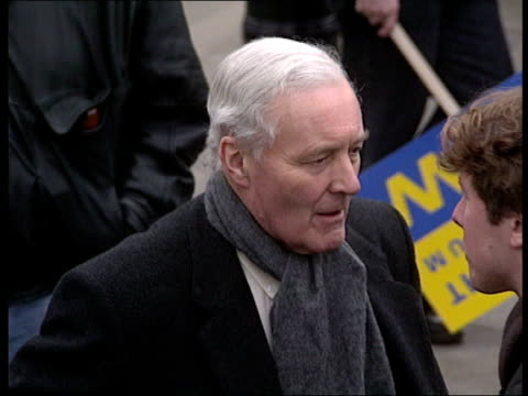 stockvideo's en b-roll-footage met pro referendum rally; *incorrect date - should be november 1992* england: london side tory mp's sir william cash, sir teddy taylor and another... - tony benn