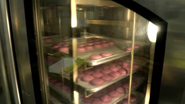 vidéos et rushes de macaroons baking - cuisine professionnelle