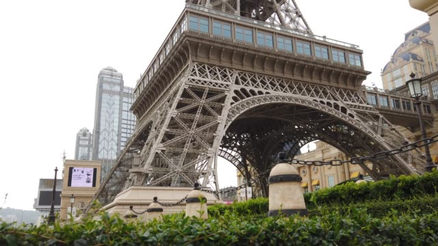 macau eiffel tower - replica della torre eiffel video stock e b–roll