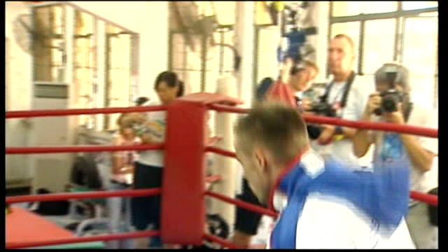 vídeos de stock, filmes e b-roll de macau: int frankie gavin training in ring - lightweight