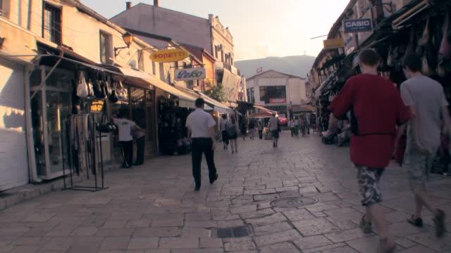 vídeos de stock, filmes e b-roll de ws macedonia street scene of downtown / skopje, macedonia  - república da macedônia