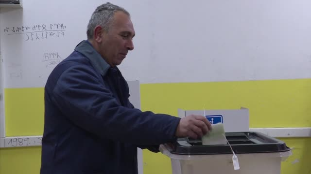 vídeos de stock, filmes e b-roll de macedonia votes in an early general election n a bid to end a deep political crisis that has roiled the small balkan country for nearly two years - república da macedônia