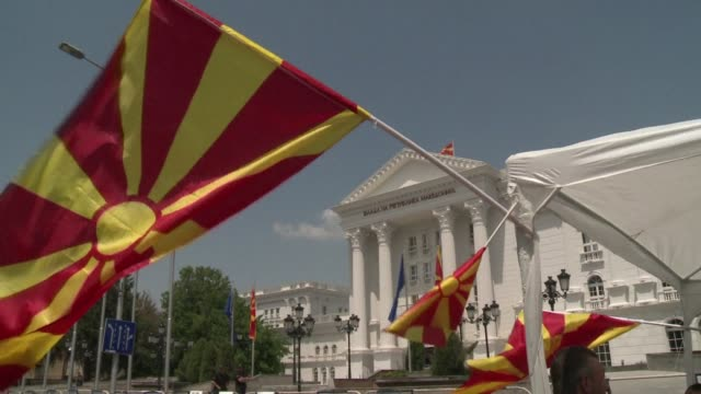 vídeos de stock, filmes e b-roll de macedonian opposition supporters set up a protest camp outside the offices of embattled prime minister nikola gruevski as thousands of his supporters... - república da macedônia